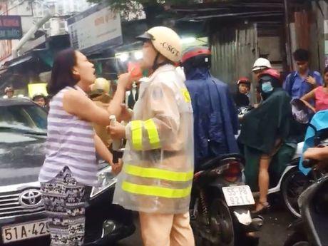 Nguoi phu nu lang ma CSGT noi gi tai cong an phuong? - Anh 1