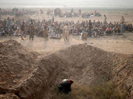 Tu binh IS bi linh Iraq nem chet tu tang cao: Hon ca su tra thu - Anh 1
