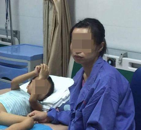 Noi dan vat cua cha me co con bi sui mao ga sau khi cat bao quy dau o phong kham khong phep - Anh 1