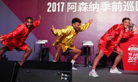 Sao Arsenal mua vo kungfu tren dat Trung Quoc - Anh 1