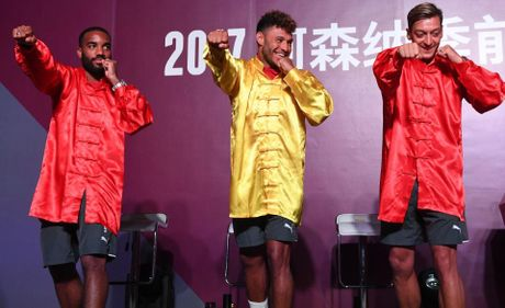 Sao Arsenal mua vo kungfu tren dat Trung Quoc - Anh 2