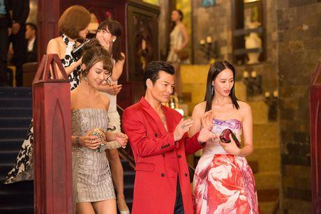 Tran Bao Son duoc dan my nu Trung Quoc vay quanh trong bua tiec xa xi - Anh 2