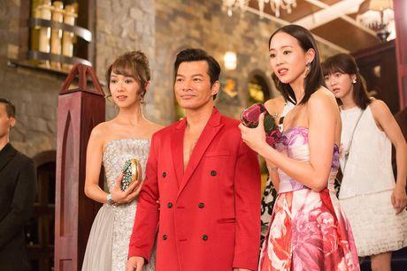 Tran Bao Son duoc dan my nu Trung Quoc vay quanh trong bua tiec xa xi - Anh 4