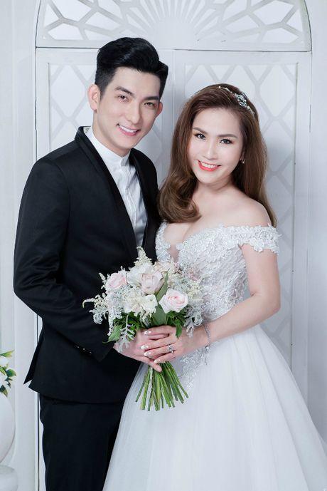 Tron bo anh cuoi cua chong cu Phi Thanh Van va vo 3 - Anh 1