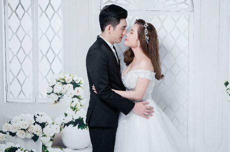 Chong cu Phi Thanh Van hon vo sap cuoi day lang man khi chup anh cuoi - Anh 9