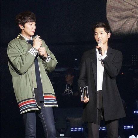Sap co vo, Song Joong Ki yeu cau ban than Lee Kwang Soo 'tiet che' goi dien cho anh - Anh 1