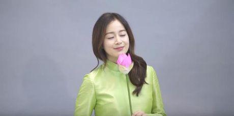 Kim Tae Hee noi 'Xin chao' va khoe bung bau trong ao dai truyen thong Viet Nam - Anh 4