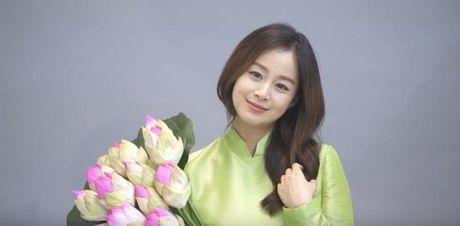 Kim Tae Hee noi 'Xin chao' va khoe bung bau trong ao dai truyen thong Viet Nam - Anh 5