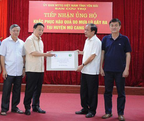 Bo TN&MT trao 800 trieu dong giup Yen Bai khac phuc hau qua lu ong - Anh 1