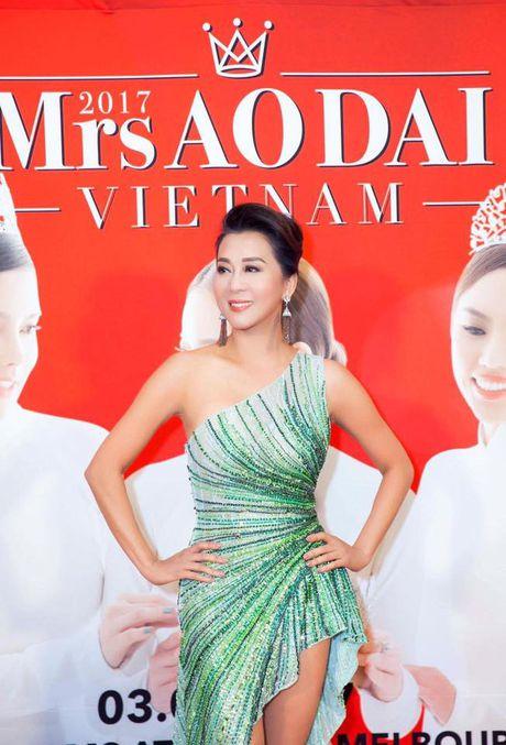 MC Ky Duyen 52 tuoi van tao bao khoe nguc day truoc van khan gia - Anh 1