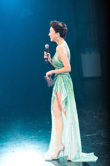 MC Ky Duyen 52 tuoi van tao bao khoe nguc day truoc van khan gia - Anh 2
