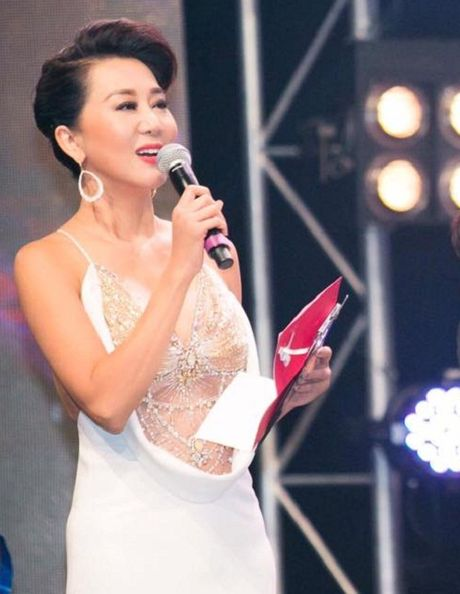 MC Ky Duyen 52 tuoi van tao bao khoe nguc day truoc van khan gia - Anh 6