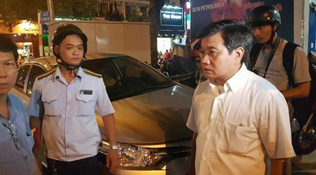 Ong Doan Ngoc Hai bat ngo xuong duong dep via he - Anh 1