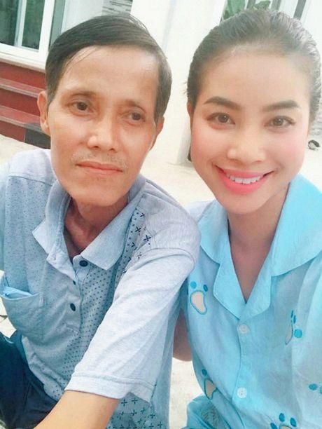 Hoa hau Pham Huong gay go sau dam tang, dan hat 'Cha va con gai' gay xuc dong - Anh 2