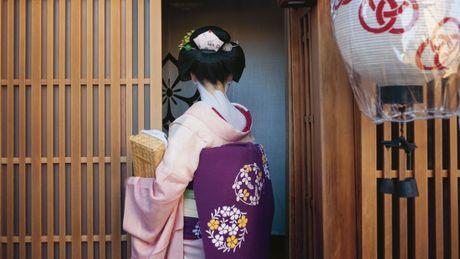 Khoanh khac bi mat cua Maiko: Theo chan hoc vien Geisha Nhat Ban - Anh 6