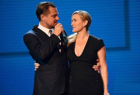 Leo DiCaprio va Kate Winslet om nhau tren bai bien lam day len tin don hen ho - Anh 2