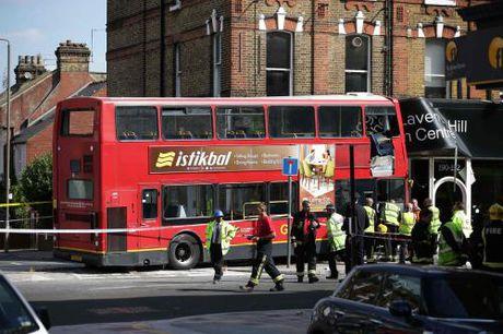 London: Xe bus hai tang lao vao cua hang tren pho Lavender Hill - Anh 1