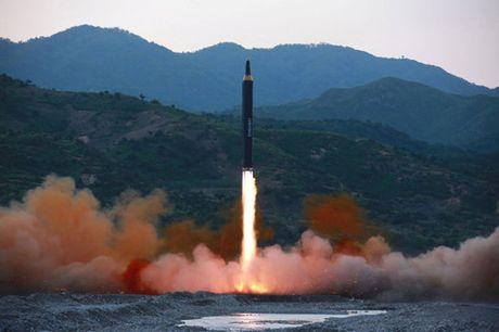 Chu tich Kim Jong-un se xem xet ke hoach tan cong Guam vao giua thang 8 - Anh 2