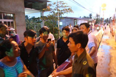 Dang tac nghiep o tram thu phi Cai Lay: Phong vien Thanh Nien bi nem da - Anh 1