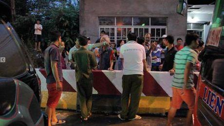 Dang tac nghiep o tram thu phi Cai Lay: Phong vien Thanh Nien bi nem da - Anh 2