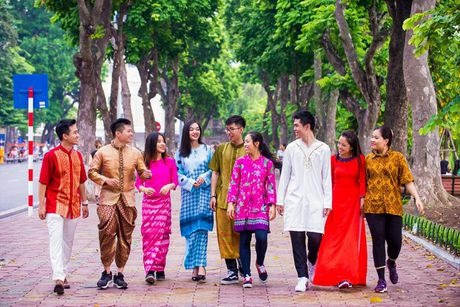 Trai tai, gai sac rang ro trong trang phuc truyen thong cac quoc gia ASEAN - Anh 5