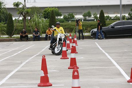 Xem cac biker cuoi mo to khung luyen tay lai - Anh 1