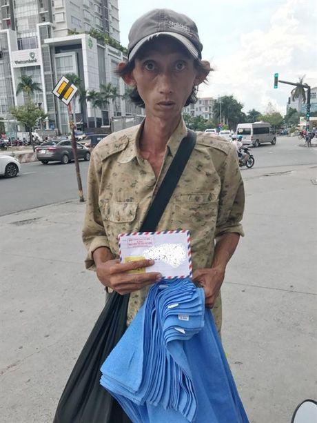 Nguoi dan ong ban khan dao tren duong pho Sai Gon - Anh 1