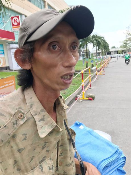 Nguoi dan ong ban khan dao tren duong pho Sai Gon - Anh 5