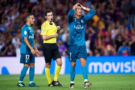 Tai hoa sap ap xuong dau Ronaldo vi day trong tai - Anh 1