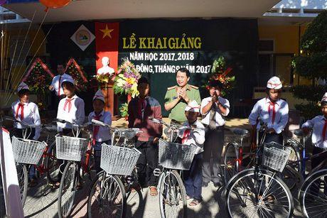 Giam doc Cong an Hue tang 30 xe dap cho tre em ngheo vung cao ngay khai giang - Anh 1