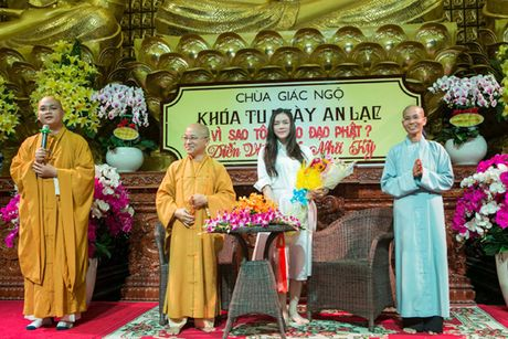 Ly Nha Ky roi nuoc mat noi chuyen ve cha truoc hang tram Phat tu - Anh 10