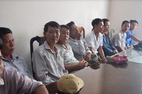 Bat giu hang chuc 'con bac' dang sat phat nhau tai truong ga - Anh 1