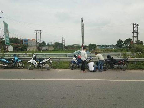 Hang loat phuong tien bi thung lop tren cao toc Ha Noi - Bac Giang - Anh 1