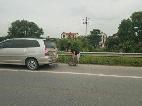 Hang loat phuong tien bi thung lop tren cao toc Ha Noi - Bac Giang - Anh 2