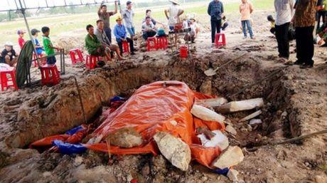 Quang Binh: Cay ruong, phat hien ngoi mo la bang da trang nguyen khoi - Anh 2