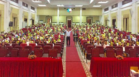 Tang 50.000 cuon sach 'De lam nen su nghiep' cho tan sinh vien - Anh 1