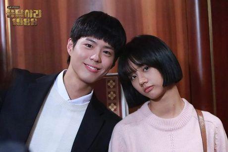 """Khong phai Song Joong Ki, """"Ban trai quoc dan"""" lai la nguoi dan ong hoan toan khac - Anh 3"""