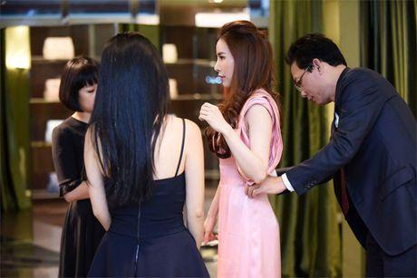 Hoa hau Ao dai Hoang Dung duoc cham soc ti mi khi tham du su kien - Anh 3