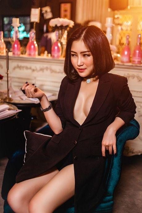 Ky Duyen, Angela Phuong Trinh lai quen noi y khi mac vest - Anh 5