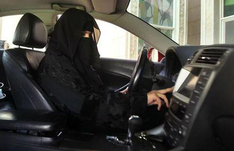 Song ngam sau lop mang che mat cua nhung co gai A Rap Saudi - Anh 2
