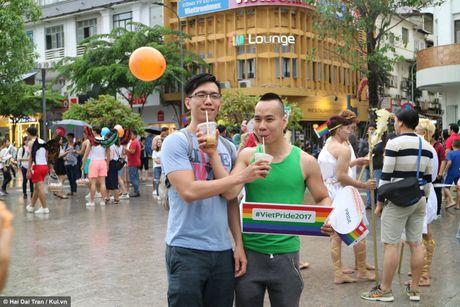 Sai Gon: Mau cau vong ngap tran pho di bo trong ngay hoi LGBT - Anh 15