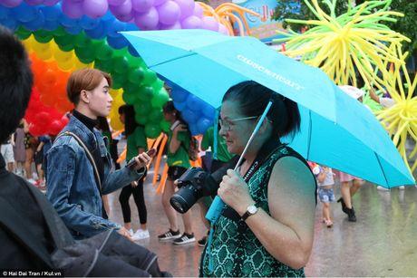 Sai Gon: Mau cau vong ngap tran pho di bo trong ngay hoi LGBT - Anh 6