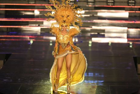 A hau Huyen My long lay trong phan thi Trang phuc dan toc tai Miss Grand International 2017 - Anh 11