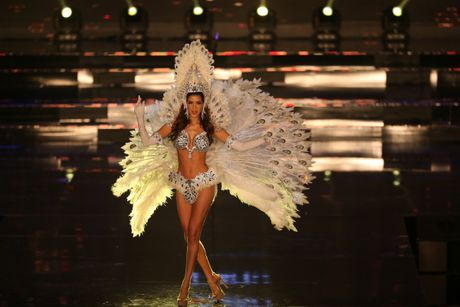 A hau Huyen My long lay trong phan thi Trang phuc dan toc tai Miss Grand International 2017 - Anh 12