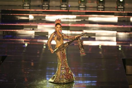 A hau Huyen My long lay trong phan thi Trang phuc dan toc tai Miss Grand International 2017 - Anh 13