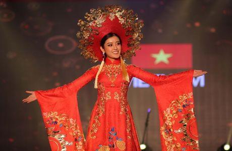 A hau Huyen My long lay trong phan thi Trang phuc dan toc tai Miss Grand International 2017 - Anh 1
