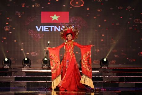 A hau Huyen My long lay trong phan thi Trang phuc dan toc tai Miss Grand International 2017 - Anh 3