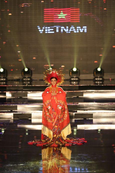 A hau Huyen My long lay trong phan thi Trang phuc dan toc tai Miss Grand International 2017 - Anh 4