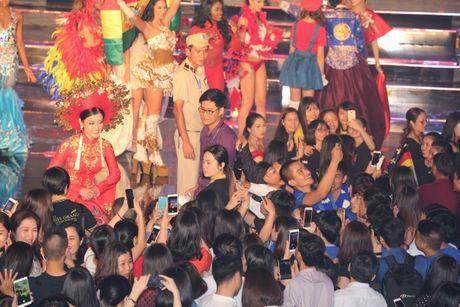 A hau Huyen My long lay trong phan thi Trang phuc dan toc tai Miss Grand International 2017 - Anh 5