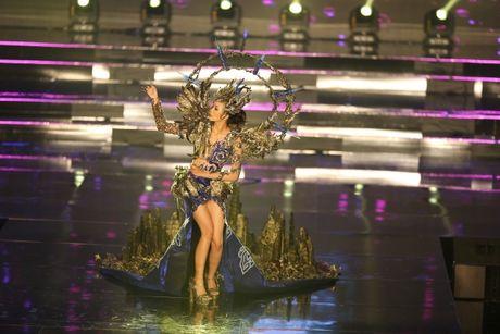 A hau Huyen My long lay trong phan thi Trang phuc dan toc tai Miss Grand International 2017 - Anh 7
